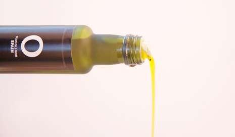 aceite de oliva saliendo de botella