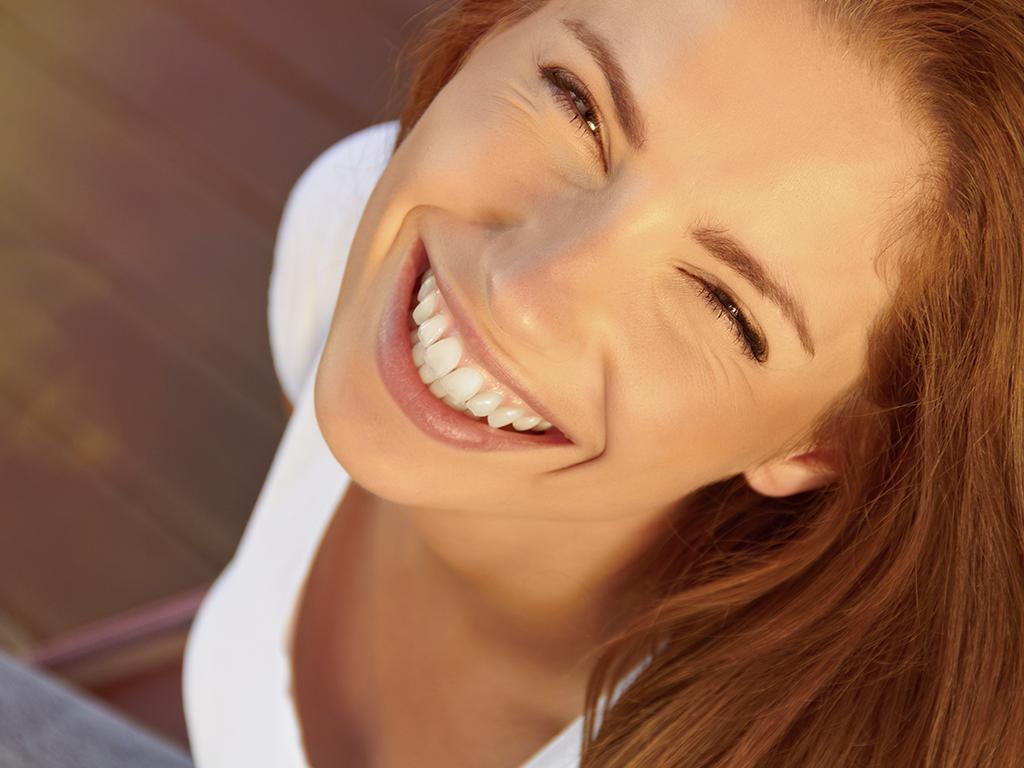 Chica joven sonriendo.