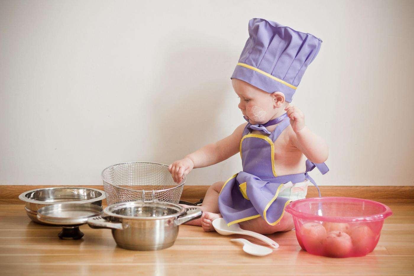 Niño pequeño jugando con cacerolas