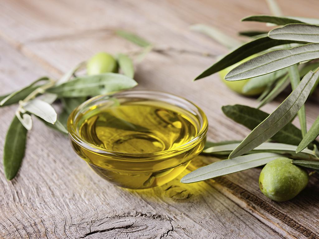 Bol con aceite de oliva virgen extra y aceitunas