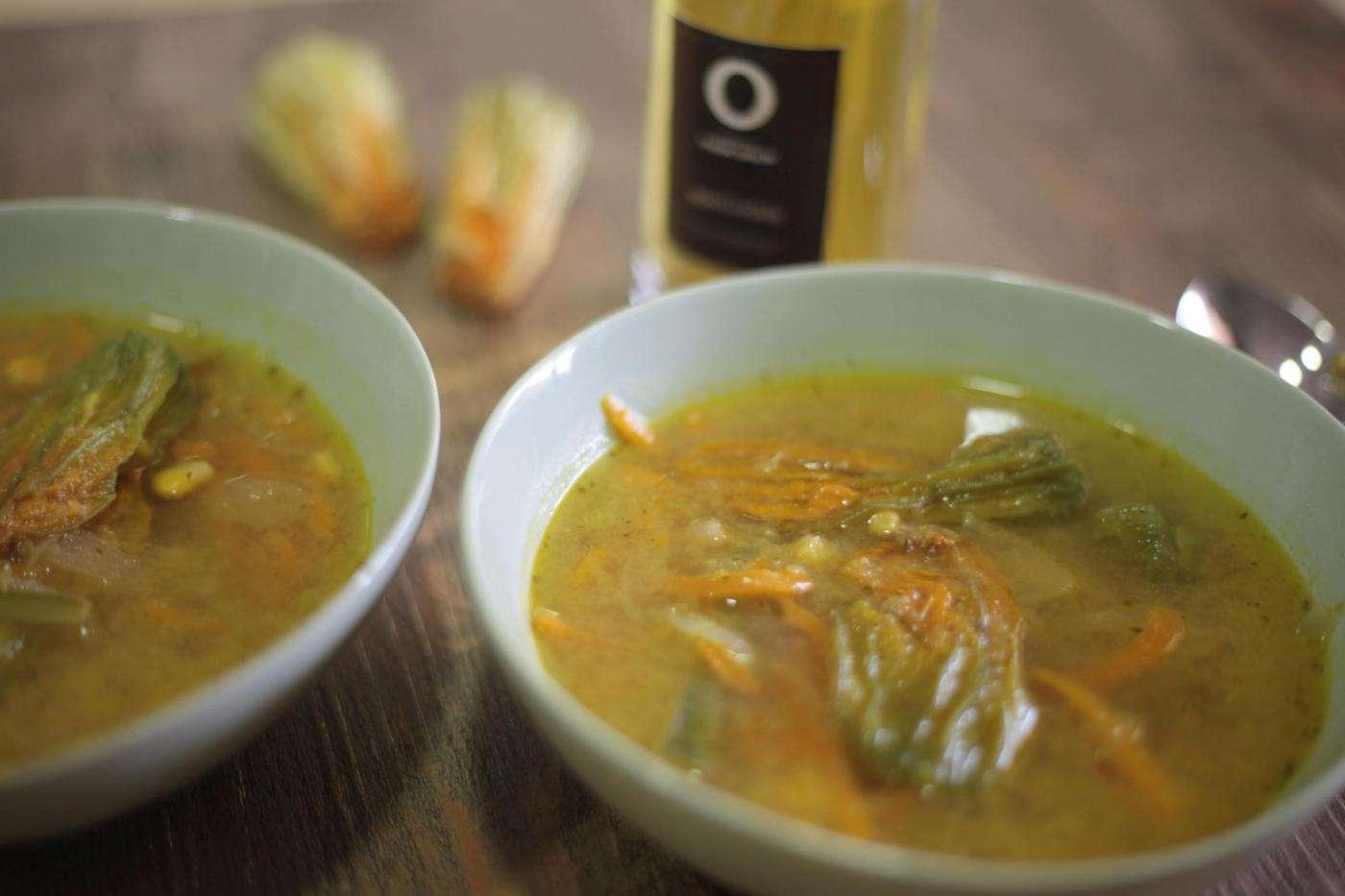 Sopa de Flor de calabaza y tomatillo con Aceite de Oliva
