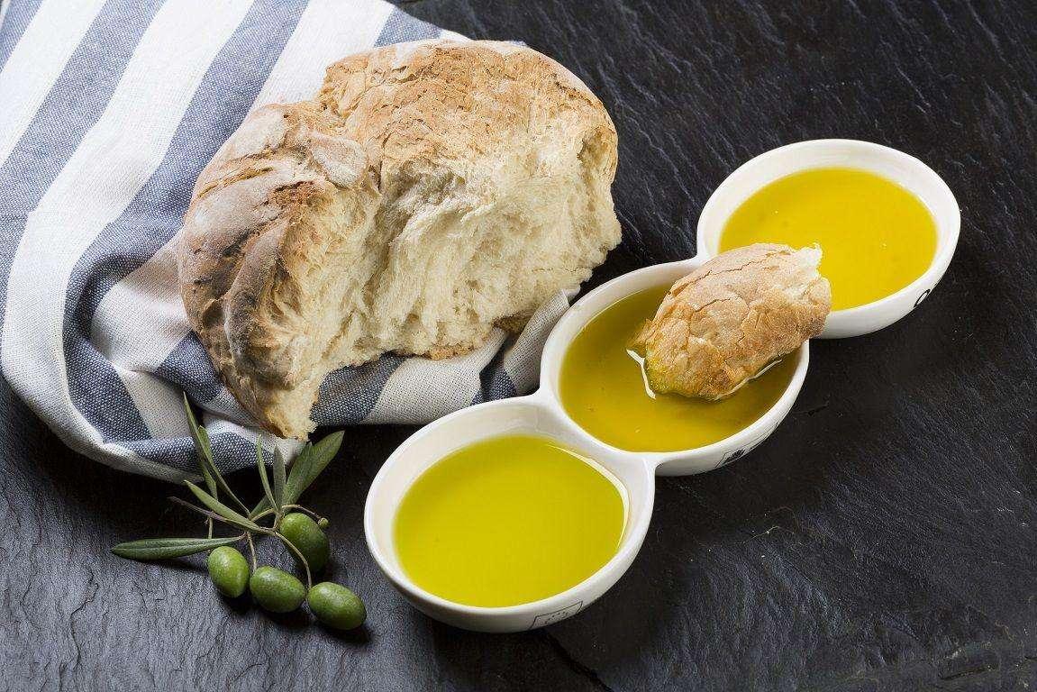 Aceites de oliva y pan, dos pilares de la Dieta Mediterránea