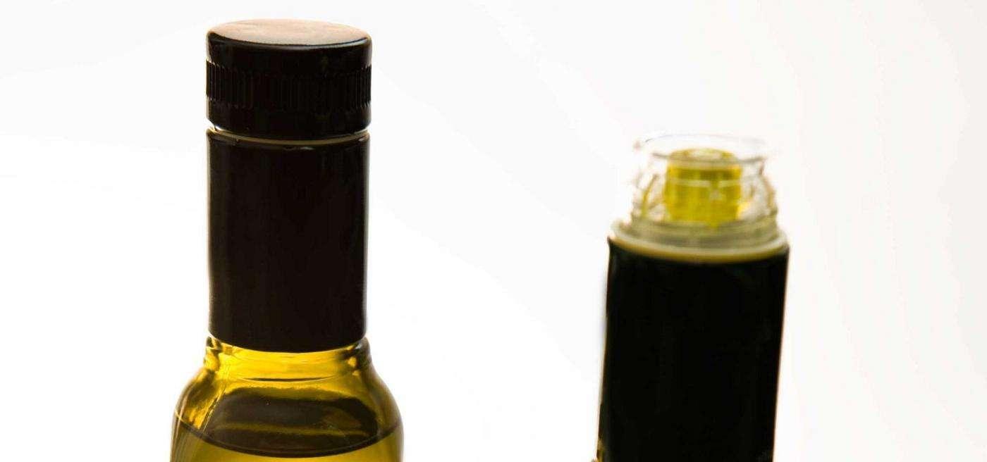 Detalle de tapones irrellenables en los aceites de oliva