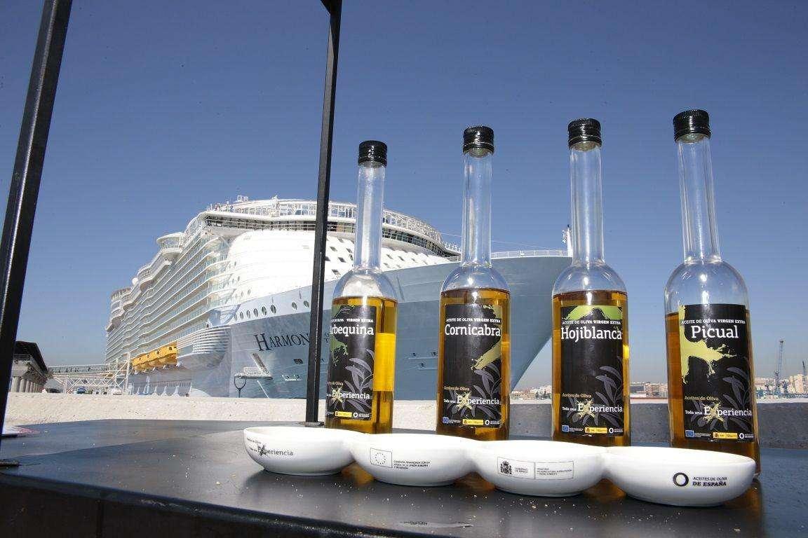 Los carritos de los Aceties de Oliva recibieron a los pasajeros del Harmony of the Seas en el Puerto de Málaga