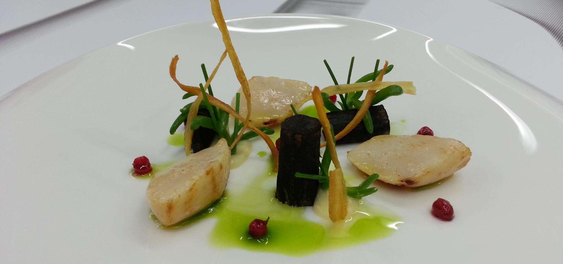 Vieiras con salsifí negro y cebollino