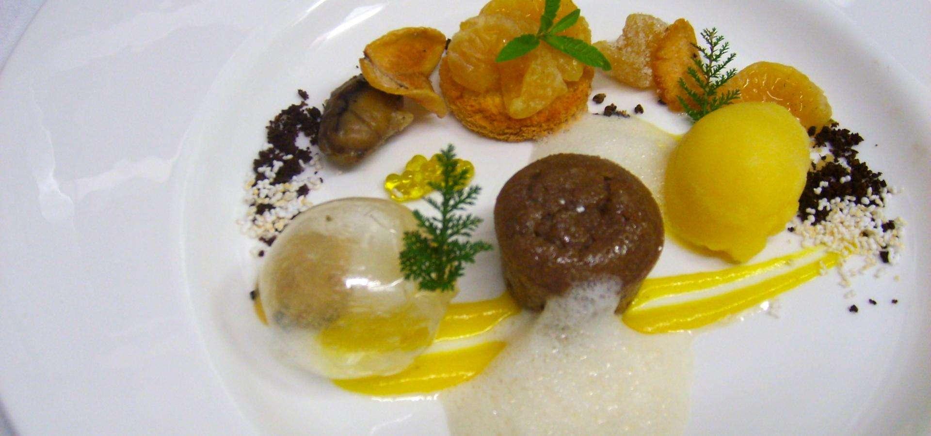 Tortitas de castaña con sorbete de mandarina, tatin de mandarina, leche de lavanda y aceite de pimienta voatsiperifery