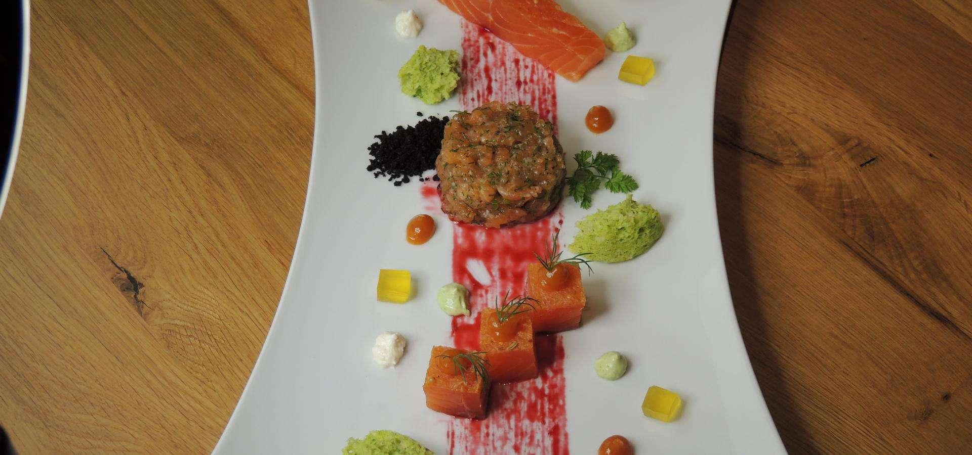 Tres versiones de salmón ahumado:marinado, tartary con gelatina de aceite de oliva ygel de tomate