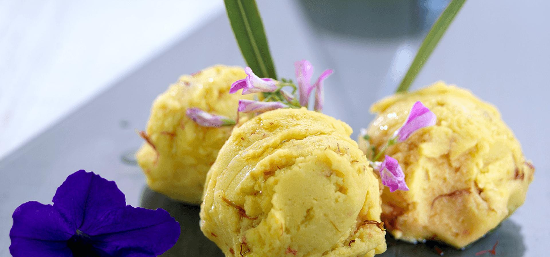 Bolas de helado de azafrán con aceite y flores