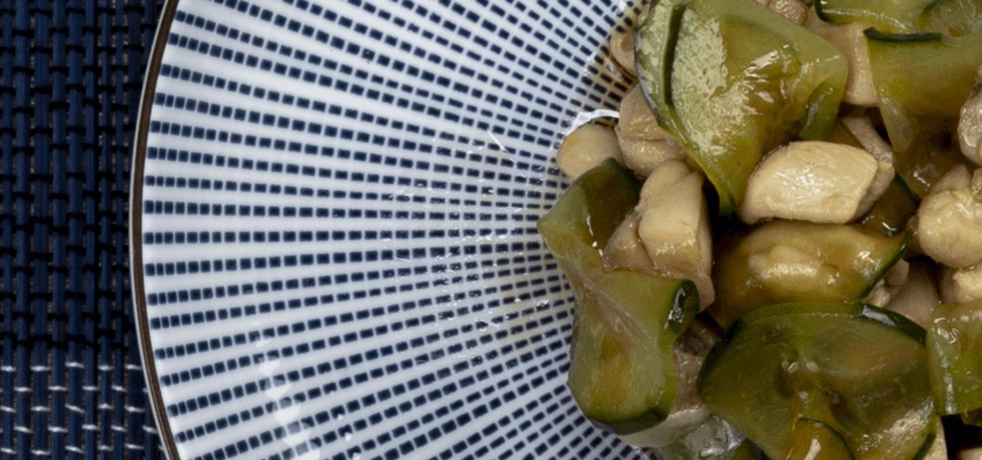 Receta de ensalada de pollo y pepino con aceite de guindillas