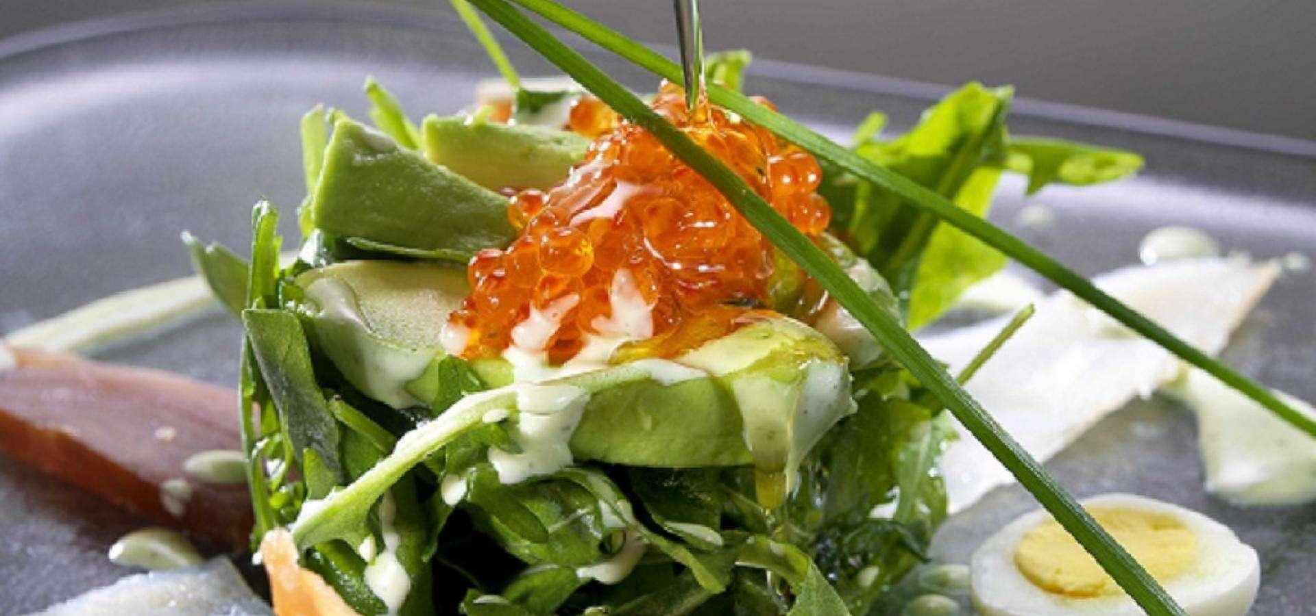 Receta de ensalada de rúcula con ahumados y aguacate