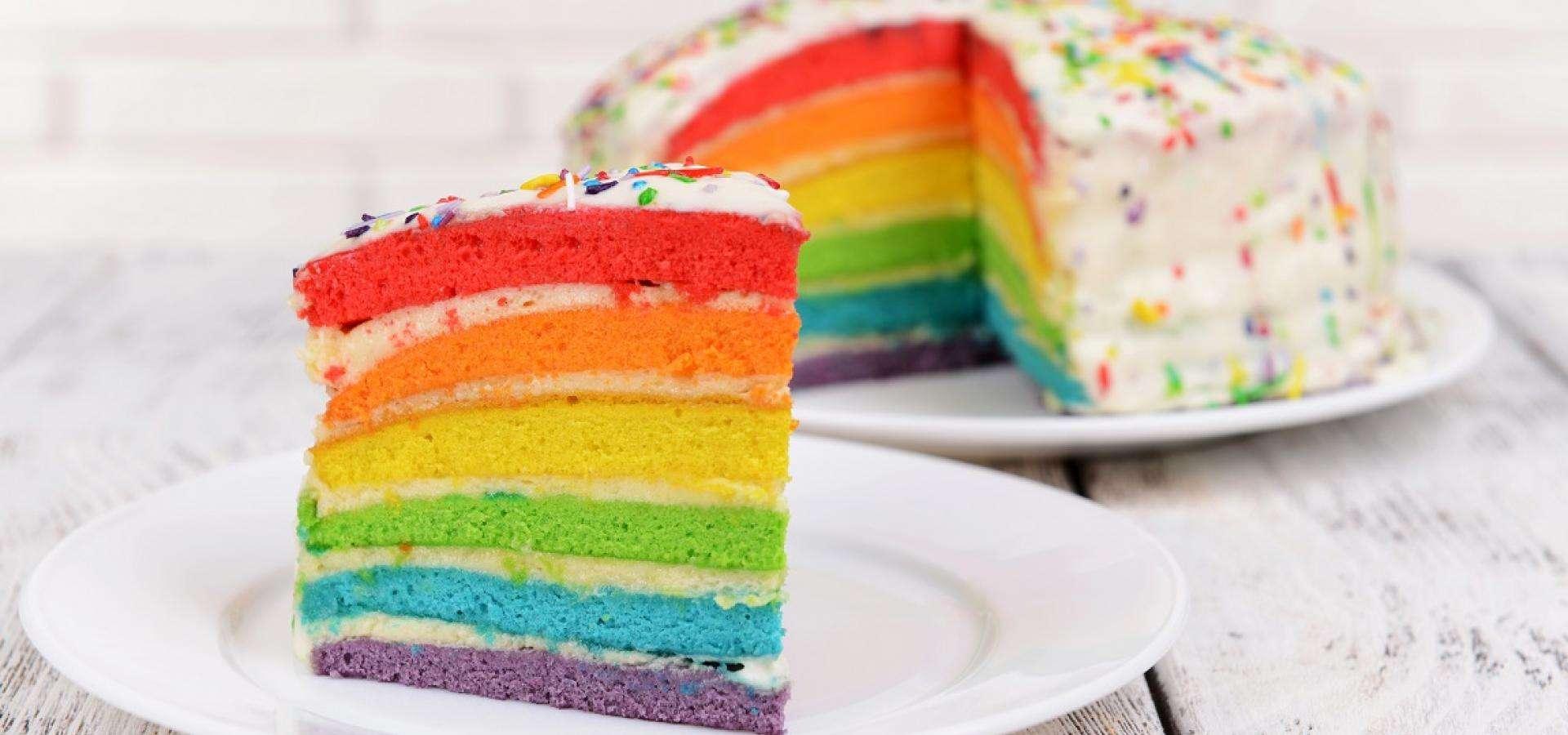 Tarta de cumpleños con los colores del arcoíris