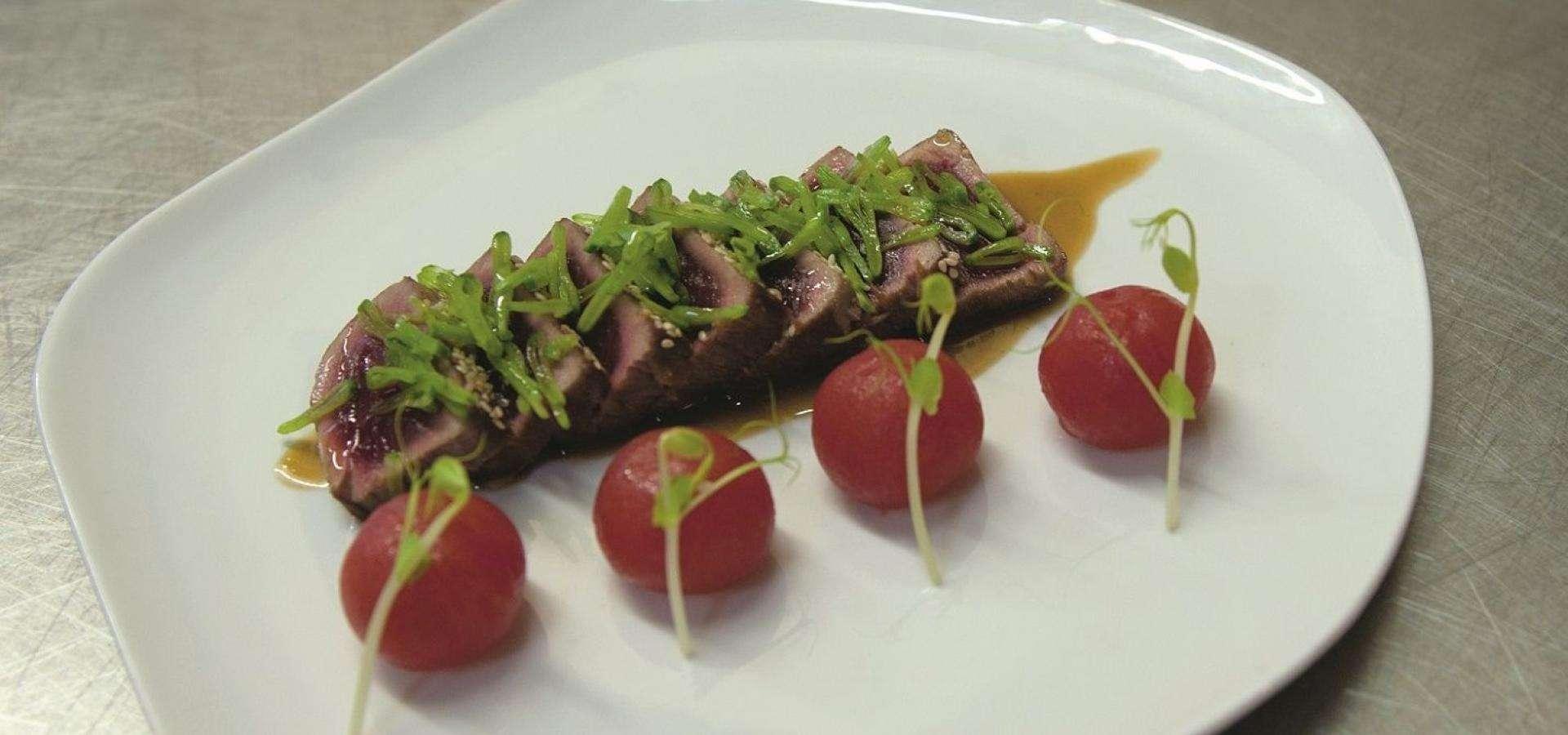 Tataki de atún con emulsión de aceite de oliva, cebollino y ponzu