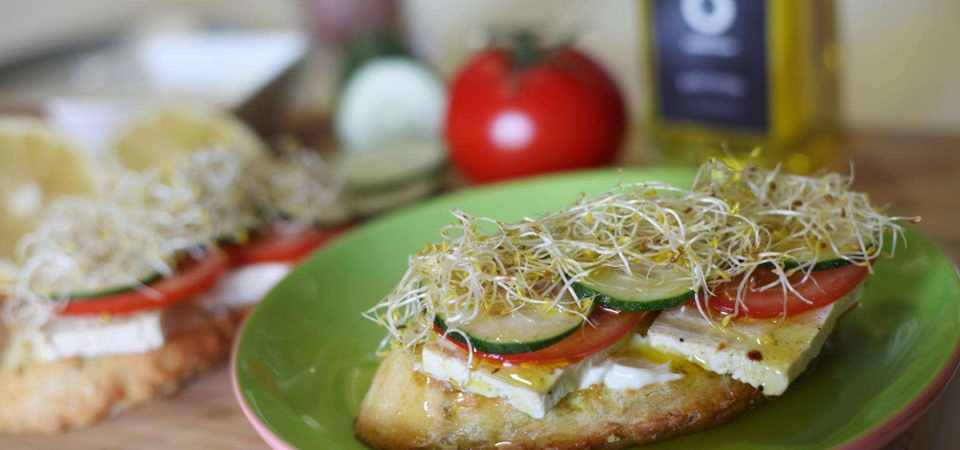 tosta de tofu y vegetales