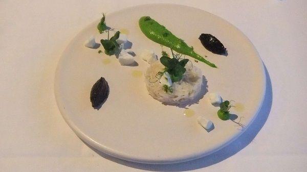 Buey de mar con guisantes, queso de cabra y aceitunas negras