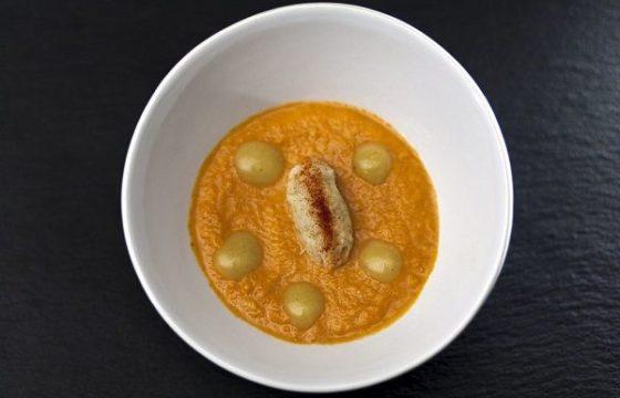 Crema de zanahoria con puré de bacalao y su pil pil