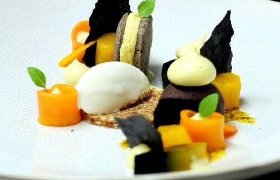 Helado de chocolate blanco con aceitunas negras, piña y mango
