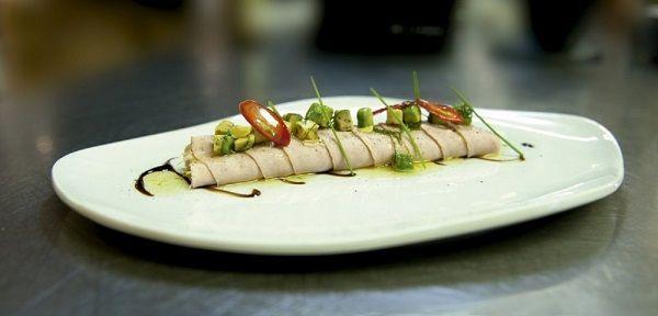 Rollito de cerdo ibérico con cebolletas, mayonesa de cítricos, aguacate, menta y aceite de olivavirgen extra de España