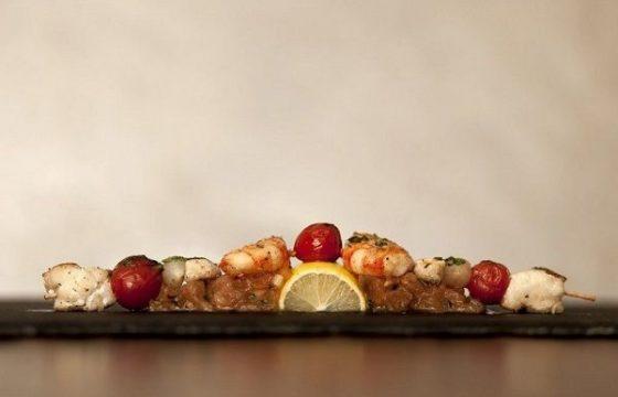 Pincho de rape con langostinos y tomates cherry