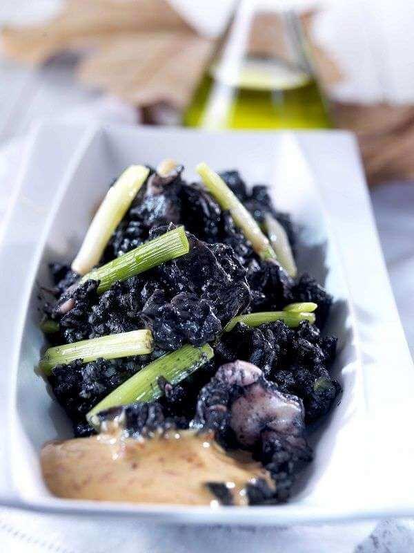 Receta de arroz negro con sepia y ajetes tiernos