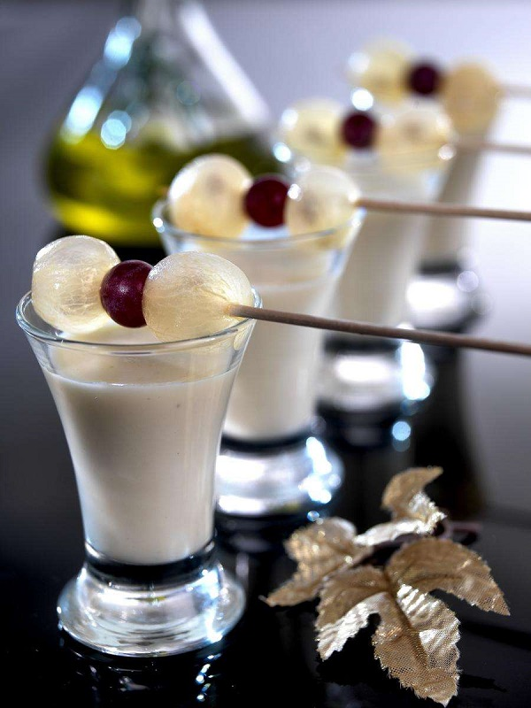 Chupito de crema de almendras y uvas