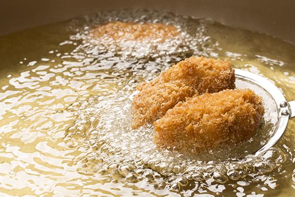 Croquetas friéndose en aceite de oliva