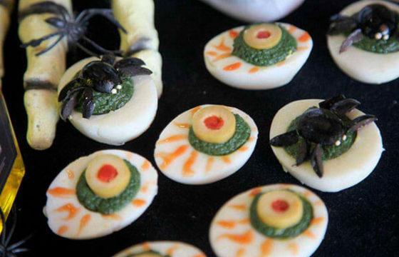 Aterradores huevos rellenos para Halloween