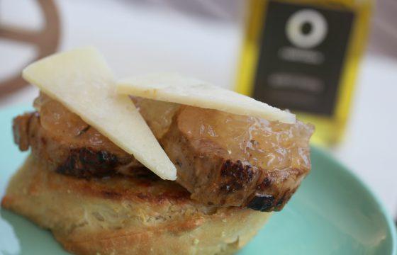 Tosta de solomilo con cebolla caramelizada