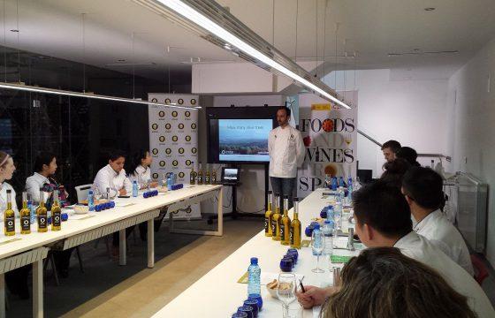 Alumnos del Programa de Formación en Gastronomía del ICEX se empapan de la cultura de los Aceites de Oliva de España