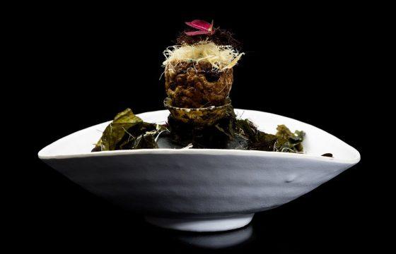 Bacalao noruego en crujiente de alcachofa de Jerusalén con algas