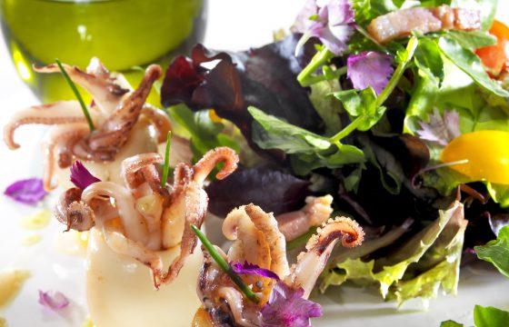 Variado de ensaladas con calamarcitos salteados