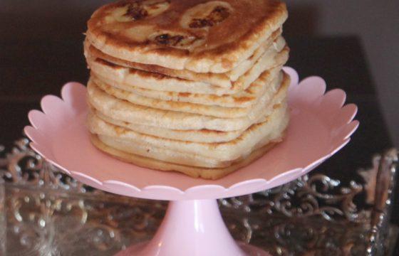 Pancakes de corazón con plátano y canela