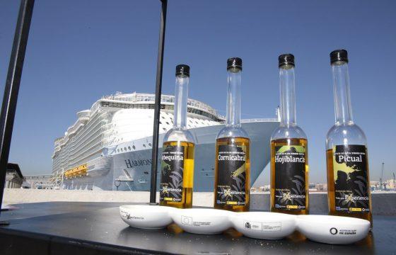 Los Carritos de los Aceites de Oliva dan la bienvenida a los pasajeros del crucero más grande del mundo en su viaje inaugural