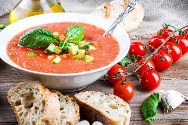 El toque de los pimientos asados le da al gazpacho un sabor muy bueno