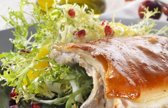 Cochinillo asado con ensalada de escarola