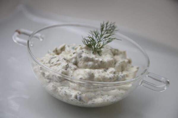 La salsa tártara destaca por su suave textura y sus tonos ácidos
