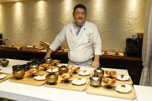 Chef Nomura Daisuke con representación de platos japoneses