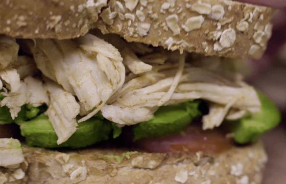 Sándwich de pollo mechado con paprika y aguacate