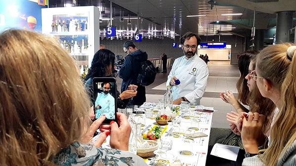 Alfonso Fernández dirige la degustación de aceites de oliva virgen extra para la prensa alemana