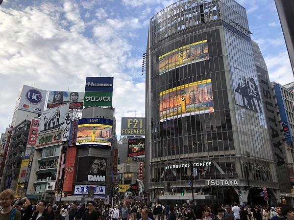 Imágenes de la campaña Olive Oil World Tour en el cruce de Shibuya, en Tokyo