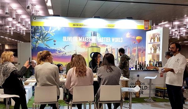 Periodistas alemanes degustan aceites de oliva virgen extra de España en el Olive Oil Lounge situado en la Estación Central de Berlín