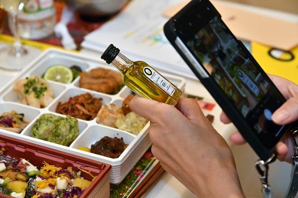 Periodista japonesa fotografía una botella de aceite de oliva virgen extra