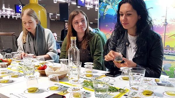 Periodistas alemanas degustando aceites de oliva virgen extra de España