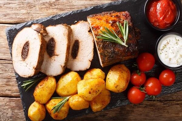 Carne mechada con patatas, tomates y salsas