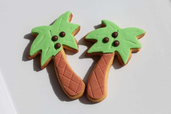 Galletas divertidas con forma de palmera y decorada con pepitas de chocolate
