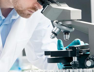 Técnico de laboratorio trabajando en proyectos ilusionantes