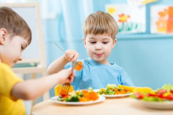 Niños comiendo verdutas