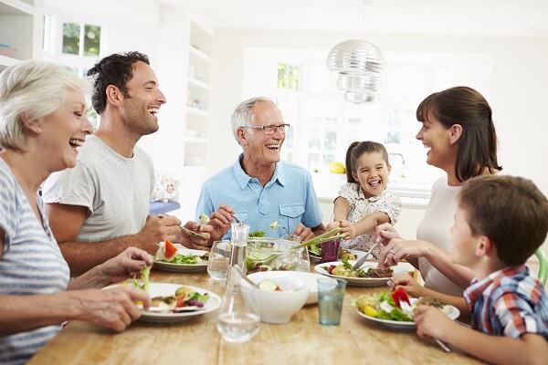Familia comiendo Dieta Mediterránea