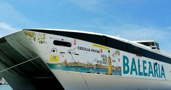 El ferry de alta velocidad Cecilia Payne vinilado con la imagen del Olive Oil World Tour