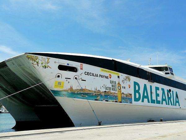 Un ferry de la compañía Baleària con los colores de la campaña de promoción Olive Oil World Tour