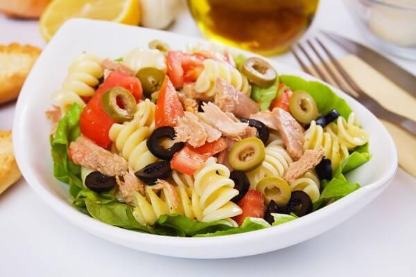 Ensalada de pasta con atún y vinagreta casera
